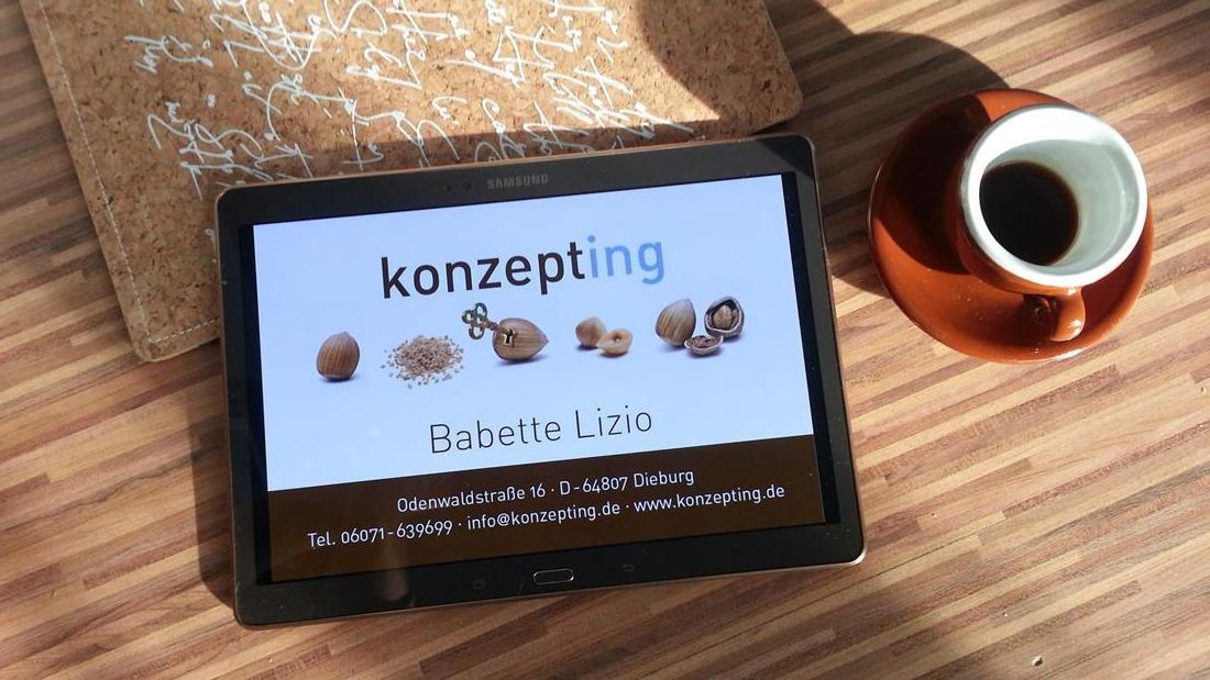 Tablet mit Visitenkarte von Babette Lizio
